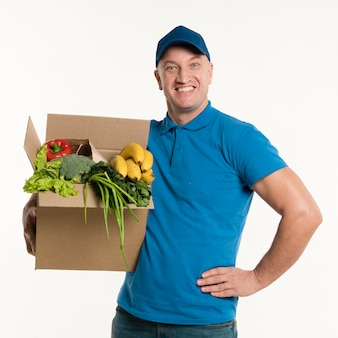 Доставка человек позирует с продуктовой коробке