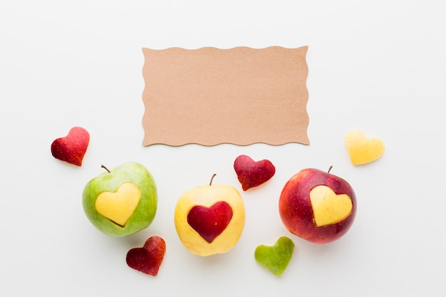 紙と果物のハート形のフラットレイアウト