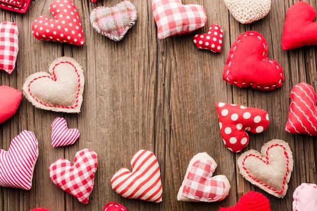木製の背景にバレンタインの日の装飾品の品揃え