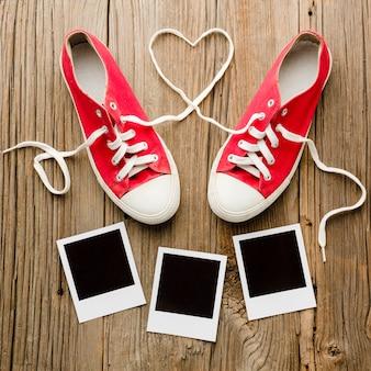 バレンタインデーポラロイドと靴のフラットレイアウト