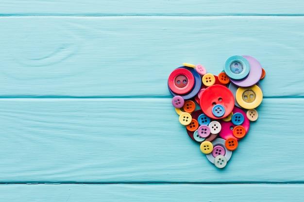 Плоское расположение кнопок в форме сердца на день святого валентина
