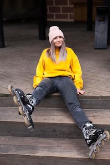Женщина с роликовыми коньками позирует глупо