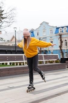Вид сбоку женщины учатся кататься на роликах