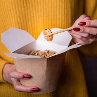 Крупный план коробки с лапшой и креветками