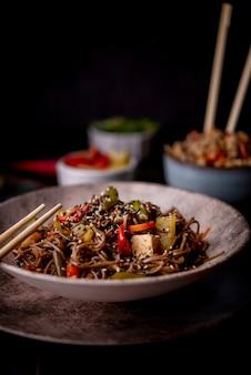 ゴマと野菜の麺