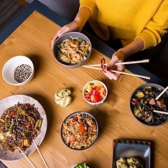 テーブルの上のアジア料理の品揃えの高角