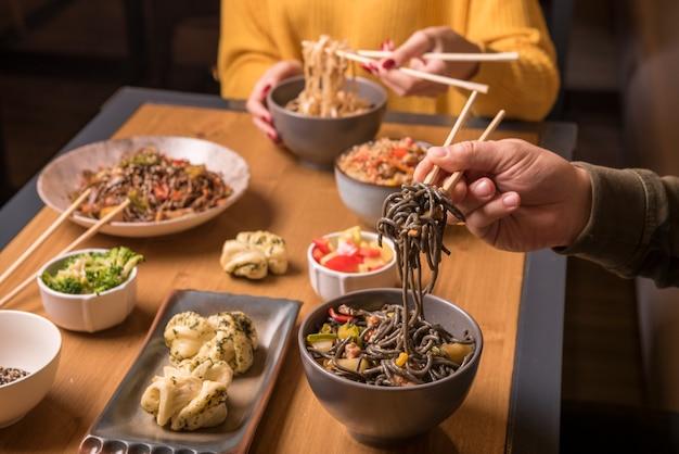 アジア料理の品揃えとテーブル