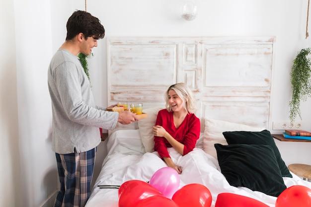 Счастливая женщина удивлена парнем