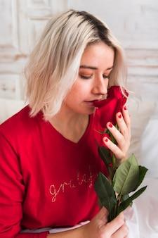 バレンタインの日に赤いバラを持つ女性