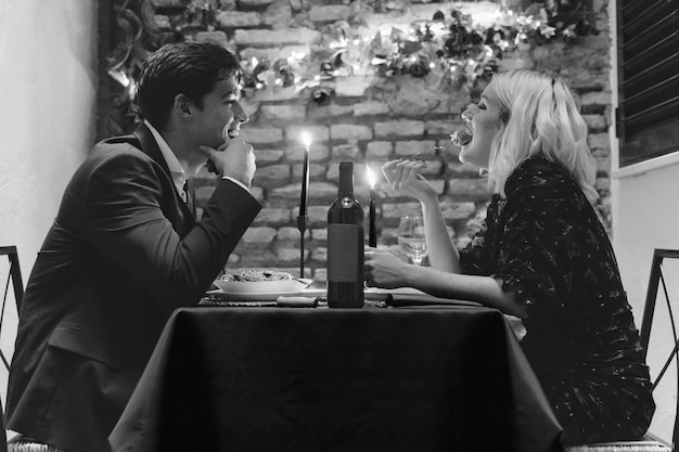 バレンタインの日に夕食を持っているカップル