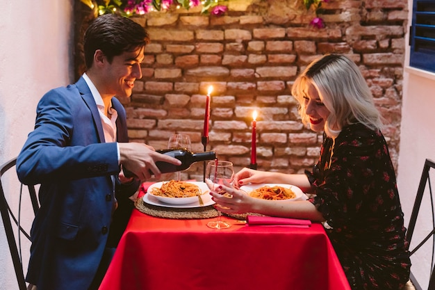 Пара обедает на день святого валентина