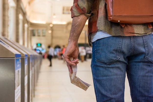 地下鉄でクローズアップ旅行者