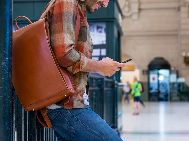 Крупным планом мужчина с помощью мобильного телефона