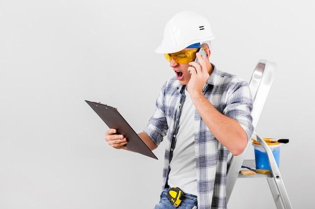 Вид спереди молодой человек разговаривает по телефону
