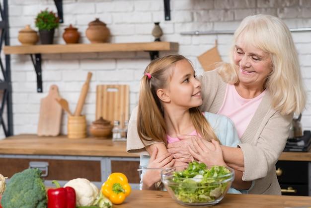 祖母と孫娘が一緒に時間を過ごす