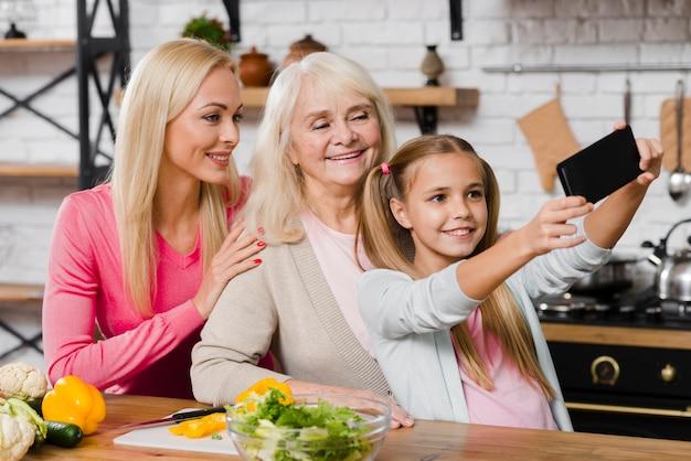 Дочь, делающая селфи со своей семьей