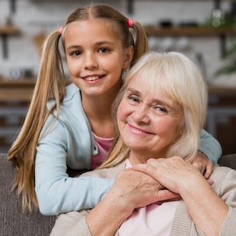 クローズアップの祖母と孫娘の笑顔
