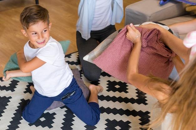 枕で遊ぶ子供たち