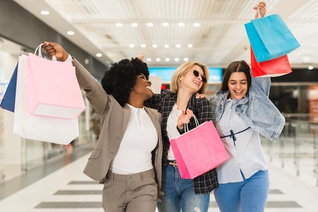 ショッピングの後幸せな若い女性
