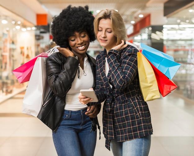 Взрослые женщины проверяют мобильный телефон