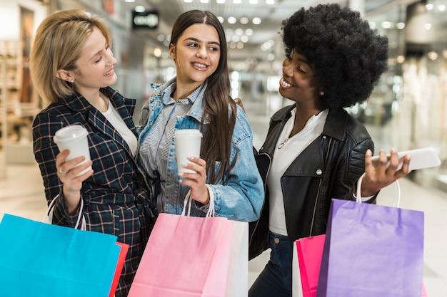 Улыбающиеся женщины наслаждаются шоппингом