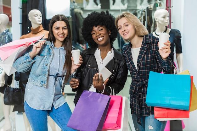 Красивые женщины счастливы вместе за покупками