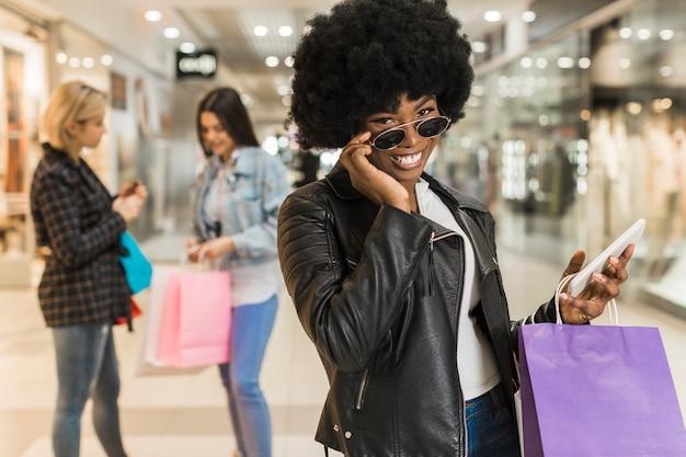 Взрослая женщина позирует в торговом центре