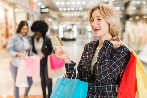 Взрослая женщина за покупками с друзьями