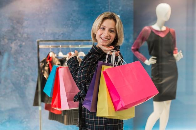 Портрет взрослой женщины, держащей сумки