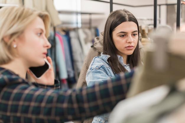 Взрослые женщины делают покупки вместе