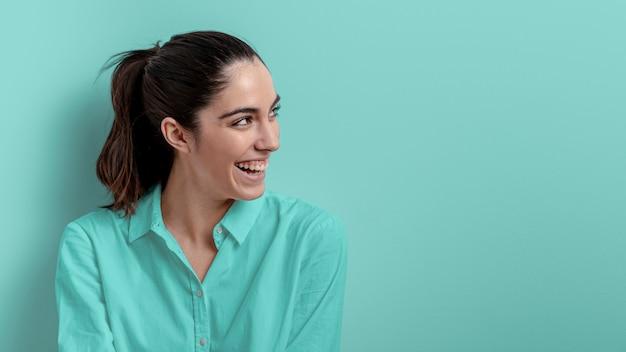Вид сбоку улыбается женщина с копией пространства
