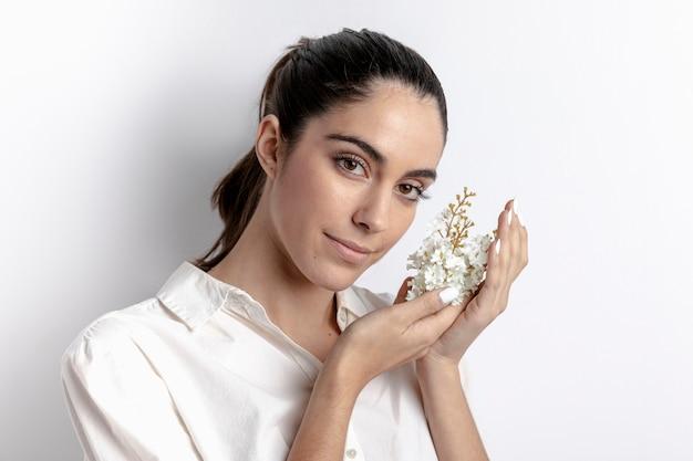 Взгляд со стороны женщины представляя и держа цветки
