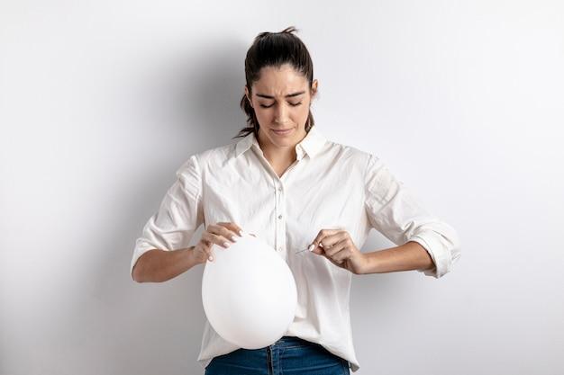 風船をポップしようとしている女性の正面図