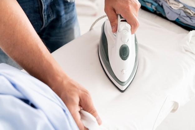 Руки гладят одежду крупным планом