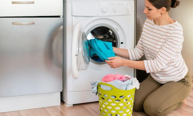 洗濯をしているカジュアルな女性