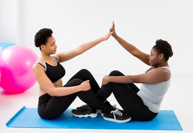 女性とマットでのグループ運動