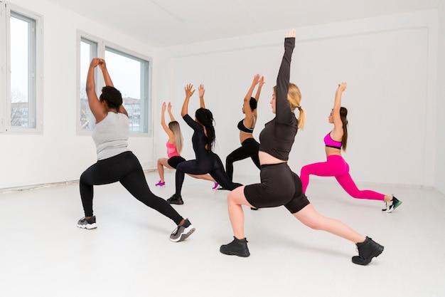 Группа женщин делает упражнения