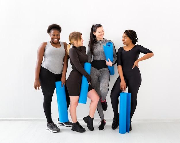 フィットネスクラスを締めくくる女性たち