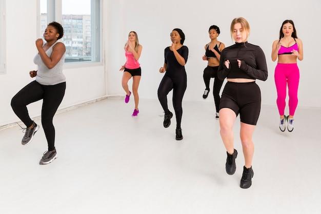 Женщины на занятиях фитнесом