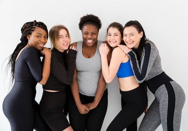 Группа женщин, встреча в фитнес-классе