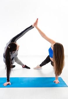 Женщины занимаются фитнесом вместе