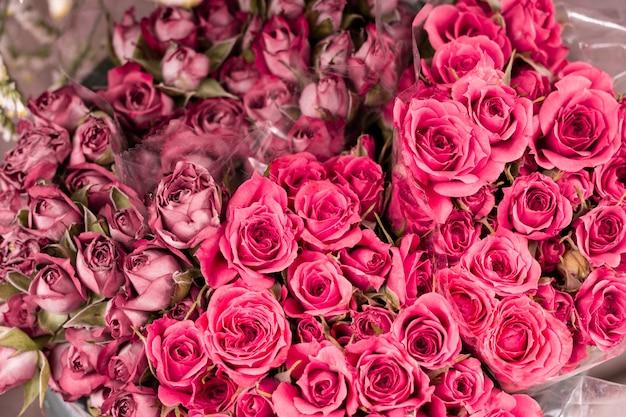 ロマンチックなバラのクローズアップの束