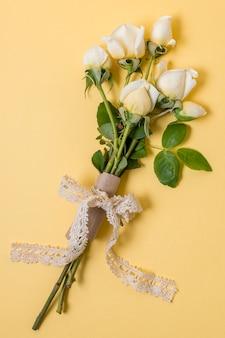 白いバラのクローズアップブーケ