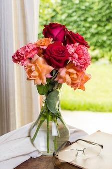 花瓶の正面の美しいバラ