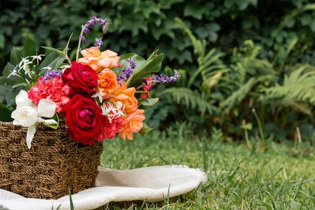 屋外のバラの美しいアレンジメント
