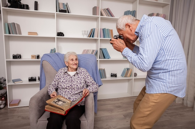 年配の男性がパートナーの写真を撮る