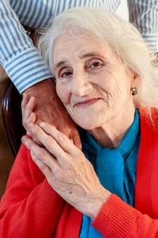 男の手を握って高齢女性の肖像画