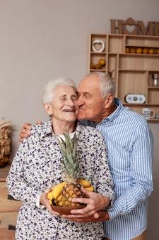年配の男性が女性にキスの肖像画