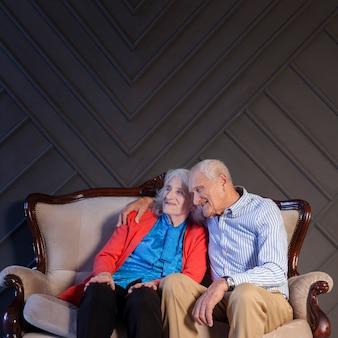 Очаровательны старший мужчина и женщина вместе