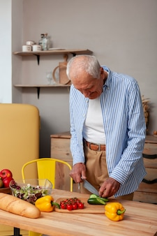 Портрет старшего мужчины нарезка овощей